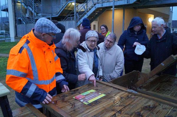 A gauche, Patrick Pirrus assure la formation compostage auprès des locataires.