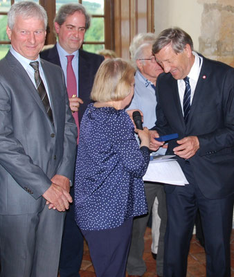 Jacques Krabal, député de la 5ème circonscription de l'Aisne, remet la Médaille de l'Assemblée nationale à Mme Isabelle de Rochefort.