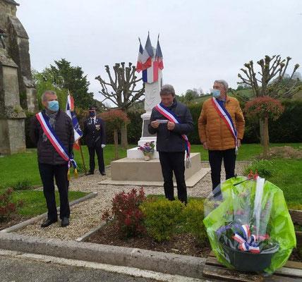 Le monument aux morts de La Chapelle-Monthodon commune de Vallées-en-Champagne. De gauche à droite : Bruno Lahouati, Jean-Yves Roulot et Pierre Troublé.