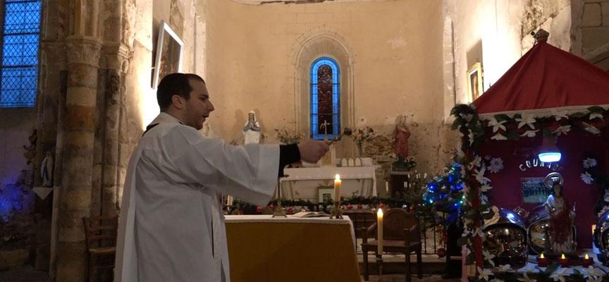 Le vicaire Jean-Christophe Bonnemain, de la paroisse Notre-Dame des Trois Vallées, a béni les casques et les véhicules des sapeurs-pompiers de Saint-Eugène.