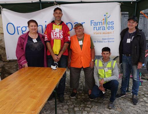 Les bénévoles de l'association Familles Rurales de Trélou-sur-Marne entourent leur président Bernard Hérault (gilet fluo). Le masque de protection a été retiré le temps de la photo.