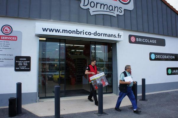 Nicolas, le plus grand des collaborateurs Mon Brico Dormans, assure le portage d'un pas alerte et d'une main ferme.