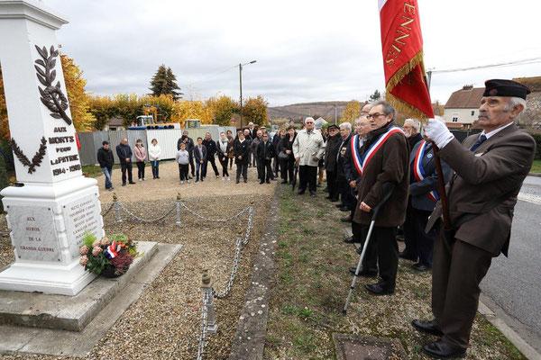 Une gerbe de fleurs est déposée au monument aux morts en présence de Jacques Durthaler (premier plan avec l'écharpe tricolore), maire de la commune, Pierre Fournet, 1er adjoint au maire (à sa droite) et Daniel Saroul, maire de Reuilly-Sauvigny.