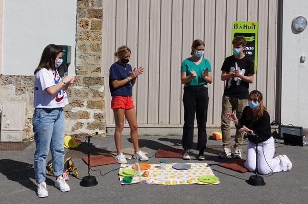 De gauche à droite : Jade, Mademoiselle Juju, Clara, Constantin et Angeline Delacourt.
