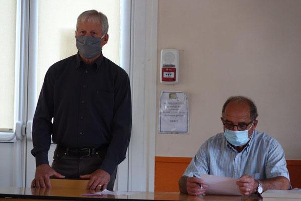 À gauche : Éric Assier a accueilli élus et public dans la salle communale.