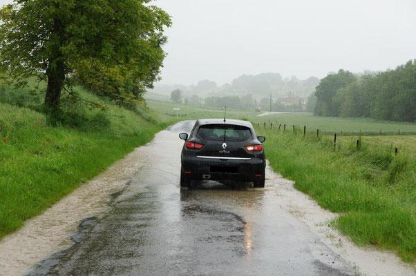 Les automobilistes empruntant cette voie classée tout juste au-dessus des chemins commencent à s'habituer...