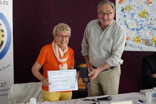 Françoise Roussel, secrétaire du Conseil d'administration, reçoit médaille et diplôme des mains de Jacques Charpié en reconnaissance de ses 40 ans d'engagement au service des familles dans les territoires ruraux.