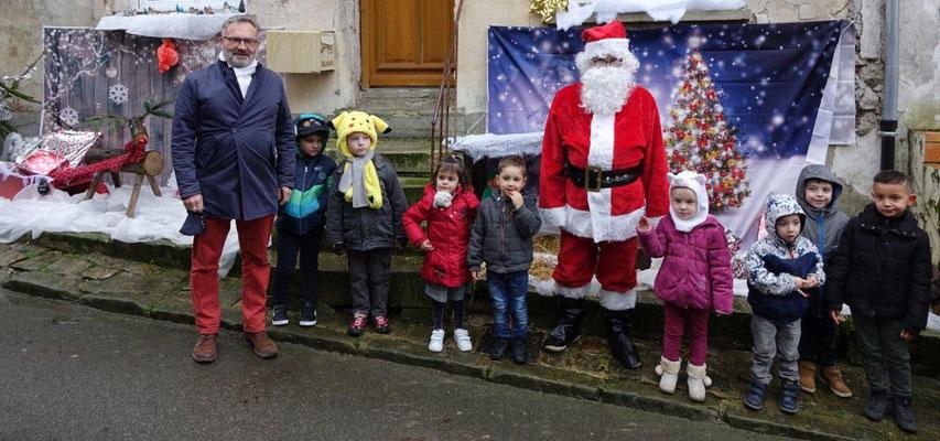 Premier Noël en tant que maire pour Dominique Moyse (à gauche). Le masque de protection a été retiré le temps de la photo.