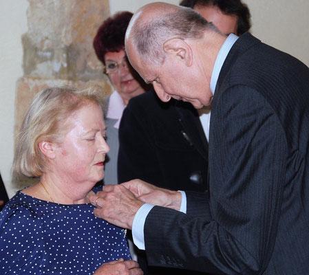Jean-Marc Sauvé remet l'insigne de Chevalier des Arts et des Lettres à Mme Isabelle de Rochefort.