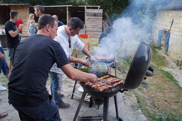 Brochettes et saucisses sont cuites aux p'tits oignons et à la vapeur.