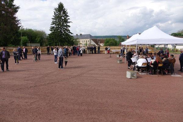 La place des festivités possède des gradins pouvant accueillir jusqu'à 450 spectateurs.
