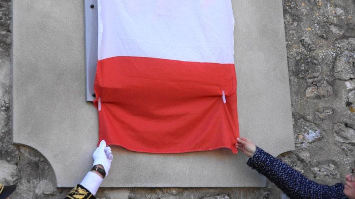 Ronan Léaustic, sous-préfet de Château-Thierry et Hélène Luisin, directrice de l'ONAC-VG Aisne ont dévoilé la plaque...