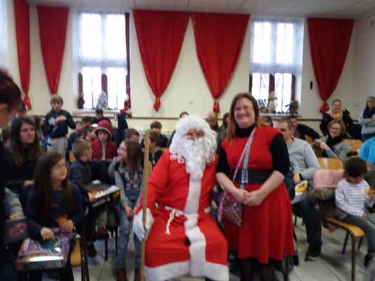 Le Père Noël pose ici en compagnie de Kristell de Dana.