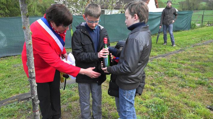 Une bouteille  contenant un message pour les générations futures est déposée à La Chapelle Monthodon au pied d'un prunus automnal.