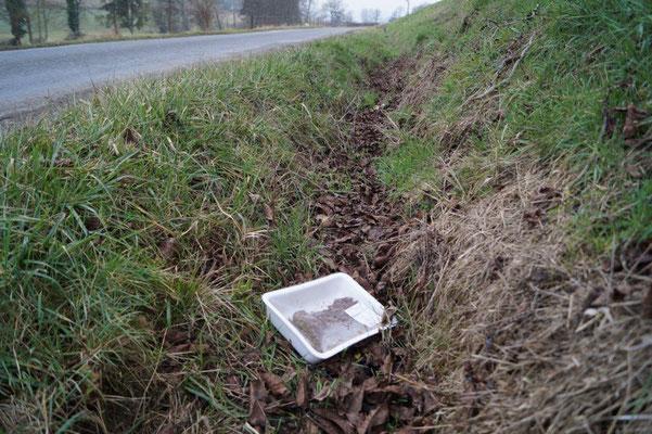 En 2015, un carton contenant 16 bouteilles vides d'alcools différents avait été déposé, soigneusement, dans ce même fossé...