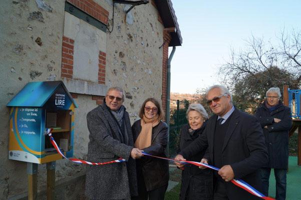 De gauche à droite : Jean-Jacques Couchou-Meillot, Françoise Sol et Martine Jobert, les deux chevilles ouvrières de l'action initiée par le Lions Club et Didier Dépit.