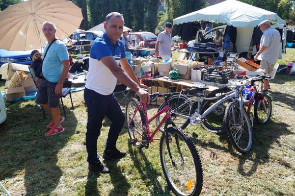 Un chineur venu à pied peut repartir sur un vélo.