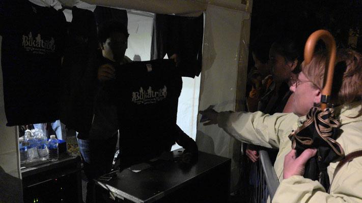 Devant le stand des rennais, il y avait la queue pour repartir de Viels-Maisons avec un CD ou un T. Shirt. Un signe, non ?!