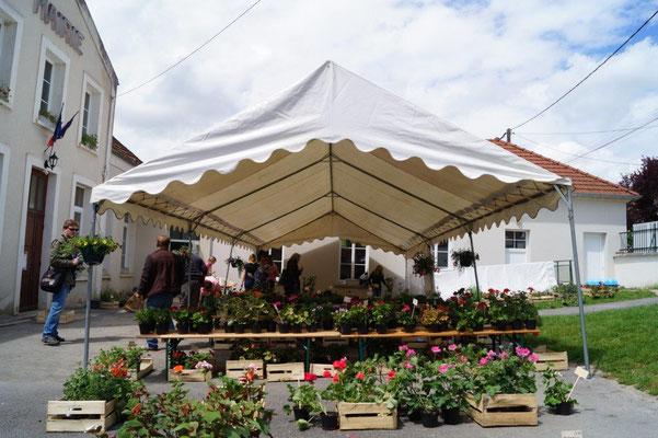 Monthurel. Un large choix de fleurs et plants à repiquer est proposé aux visiteurs dans la cour de l'école.