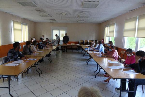 La salle communale se prêtait parfaitement à l'installation du conseil municipal.