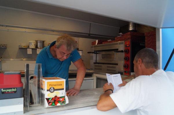 Les clients découvrent la carte et passent leur commande.