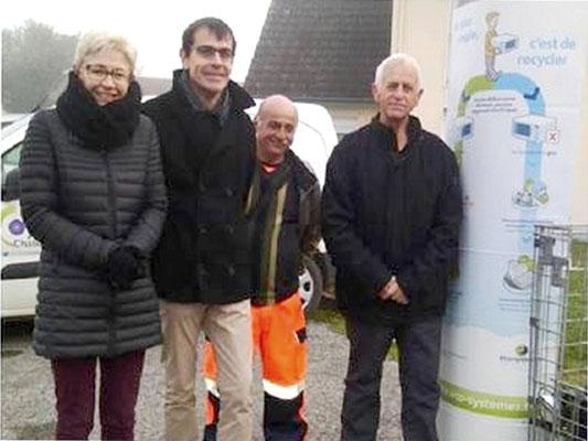 De gauche à droite : Les collaborateurs du bailleur Clésence, l'un des gardiens de la déchèterie de Neuilly-Saint-Front et Claude Jacquin, vice-président en charge de la politique des déchets, de la prévention et de la tarification incitative à l'agglo.