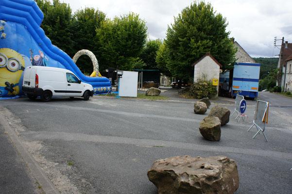 Des blocs de grès pour sécuriser la Place des Tilleuls.