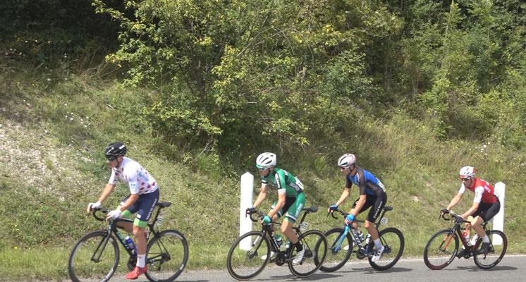 Le groupe d'échappés au pied de la Côte de Confremeaux : le Français Louis Coqueret, l'Irlandais Adam Ward, l'Estonien Artjom Mirzojev et le Suisse Valère Thiebaud.