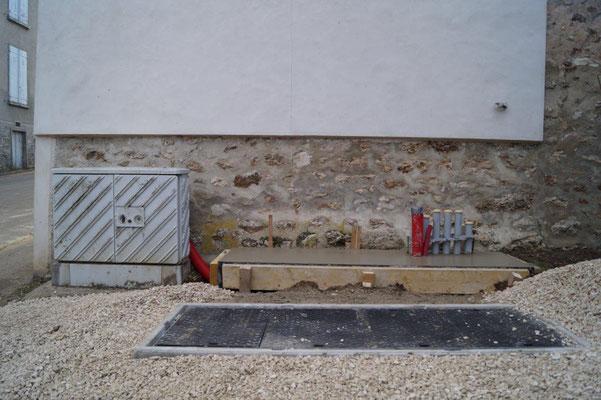 L'armoire NRA sera installée sur le socle béton, puis reliée au sous-répartiteur.