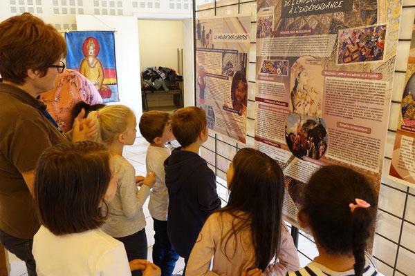 Les enfants approchent l'histoire, la culture, la géographie, l'économie d'un pays qui fascine les Occidentaux.