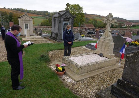 Au centre, Jacqueline Picart est à l'initiative de la restauration de la tombe du soldat.