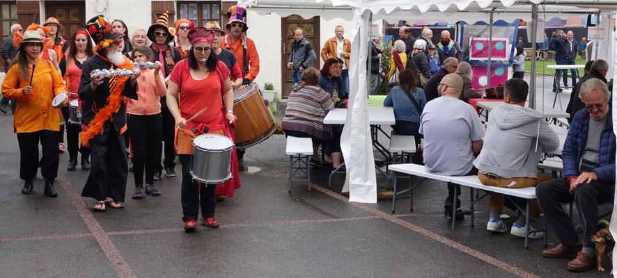 Dimanche 3 octobre, la troupe Samba'bulles Batucada partira à 16 heures (et non à 15 heures comme annoncé) de la halle, pour déambuler jusqu'à la place des festivités.