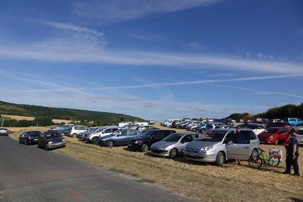Un champ mis à disposition par le maire Vincent Vérot, fait office de parking à une entrée du bourg.