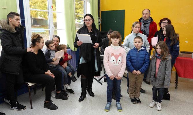 """Un hommage est rendu par """"l'Atelier chant"""" de la commune, sous la direction de Florence Delamarre (debout, au centre, en noir)."""
