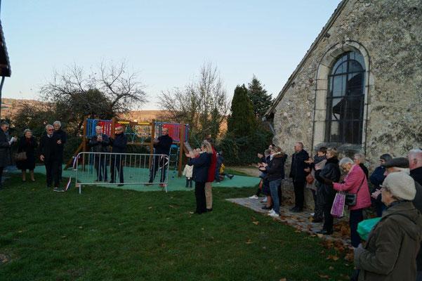 Un public nombreux est venu assister à l'inauguration de la boîte à livres.