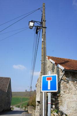 Dans le bourg, l'effacement des réseaux n'est pas totalement réalisé.