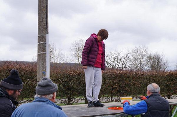Françoise Ressouches, présidente de l'ACPV, est attentive au bon montage du plancher de la scène.