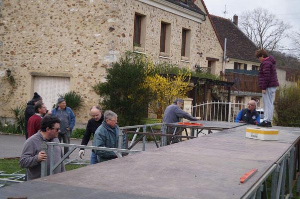 Après le montage de la scène, l'équipe technique de l'ACPV va entreprendre la construction des décors.
