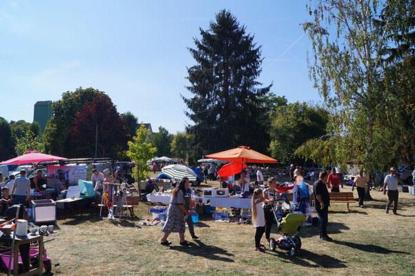 A Condé-en-Brie, la brocante annuelle se déroule dans le parc de la mairie.