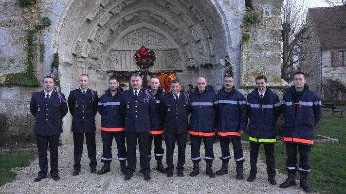 Les sapeurs-pompiers posent en compagnie de Vincent Couvent, chef du Centre de Secours de Trélou-sur-Marne