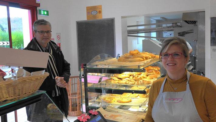 Le 17 novembre 2016, Ronan Léaustic, sous-préfet de Château-Thierry, visite la nouvelle boulangerie de Condé-en-Brie.