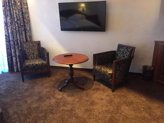 Fertig eingerichtet in der Hotelsuite mit Teppich und Vorhänge von uns