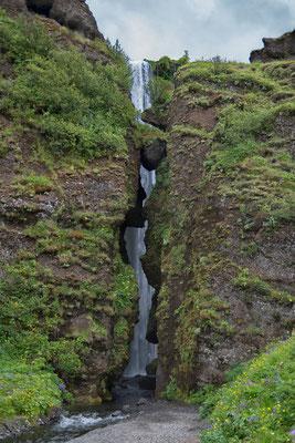 Gljúfrabúi Wasserfall hinter der Felsspalte