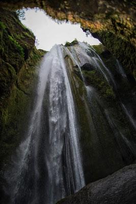 Gljúfrabúi Wasserfall in der Höhle