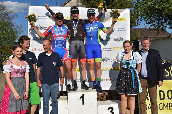 Siegerehrun g Elite mit Tim Schlichenmaier als Zweiter