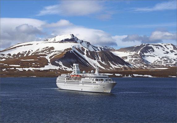 Spitzbergen - MS Astor vor Barentsburg (2015)