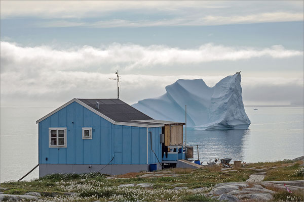 Qeqertarsuaq Haus mit Eisberg