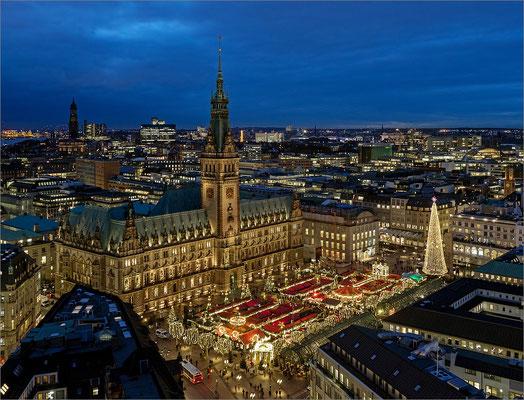 Rathaus mit Weihnachtsmarkt