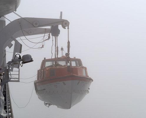 Qeqertarsuaq - Tenderboot im Nebel