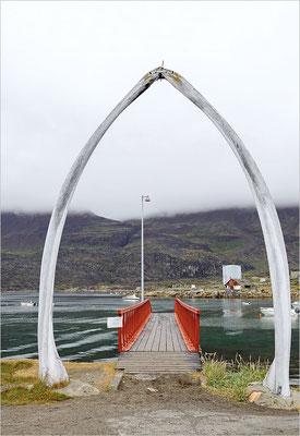 Qeqertarsuaq Anlegebrücke Wal-Knochen-Bogen